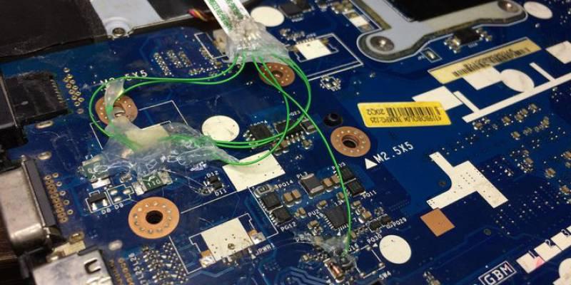 """Czasami trzeba coś """"poprawić"""" po innych """"magikach"""" :) 😅Tutaj mamy przykład jak amator próbował naprawić swój laptop."""